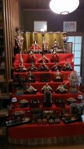 私が生まれた時のものなので、40年以上になる中野家の雛飾り